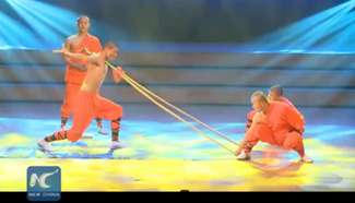 Amazing Kung Fu: Shaolin monk bends spears with neck